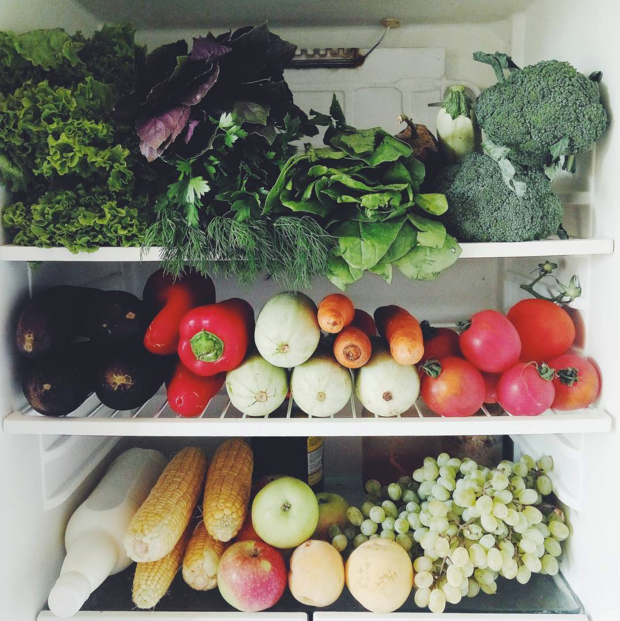 Фото: содержимое холодильника - овощи и фрукты