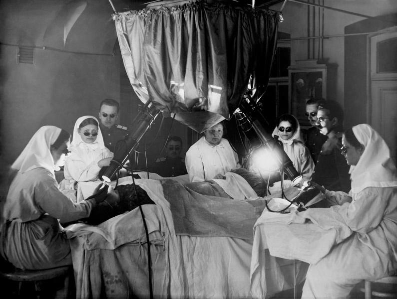 Лечение ультрафиолетовым светом в процедурном кабинете Военно–медицинской академии, 1910–е годы, Санкт–Петербург