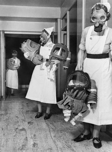 Медсестры держат младенцев, «одетых» в противогазы, предназначенные специально для детей до двух лет, 1940 год, Лондон