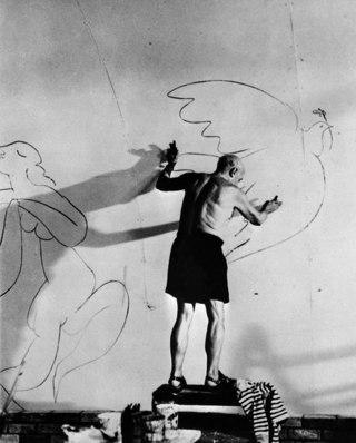 Пикассо рисует голубя на стене своего дома в Мужене. Франция, август 1955 г.