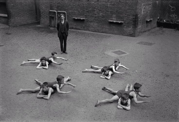 Урок плавания в школе, 1920–е годы, Англия