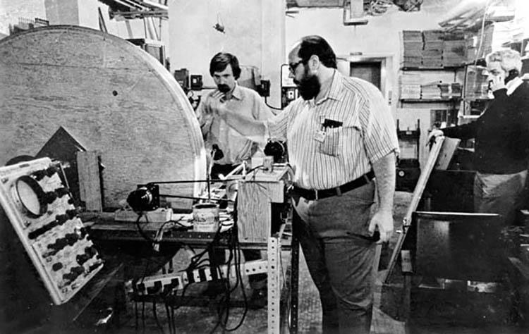 Пол Лотенбур у прототипа МРТ. 1971 год