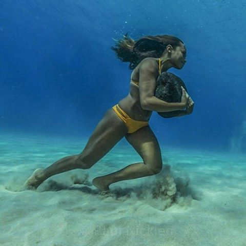 бег по дну океана с 20-килограммовым камнем, для того чтобы иметь достаточно сил в противостоянии ударам волн