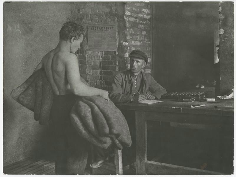 Предъявление выполненной работы учетчику в мастерской по изготовлению валенок, 1920–е годы, СССР