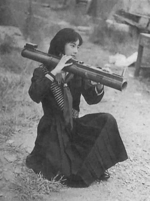 Фусако Сигэнобу, лидер Японской Красной Армии, тренируется с гранатометом, 1972 год, Ливан