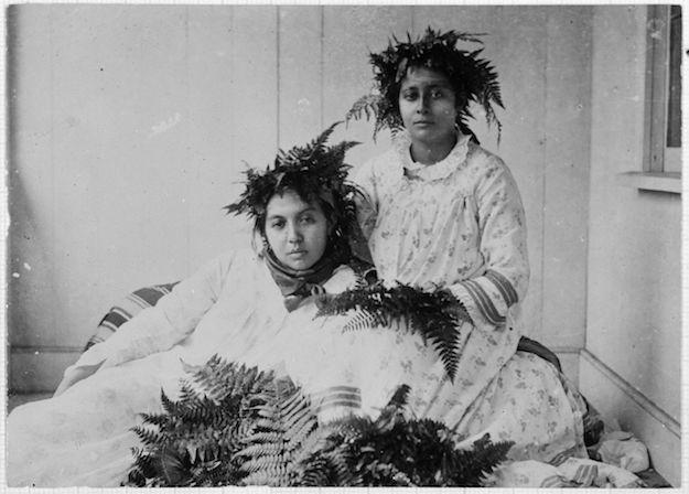 1280px-Tahitian_women,_Tahiti,_ca_1900-